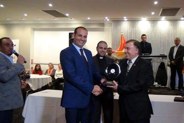 جائزة تكريمية للجبوري بمناسبة انتهاء اعماله وبدا عريف الحفل حيدر كريم