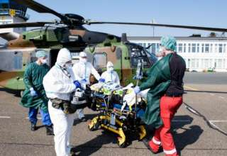 عناصر من الجيش الألماني تقوم بنقل عدد من مصابي «كورونا» الفرنسيين للعلاج في ألمانيا